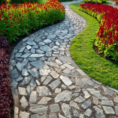 Allée en pierre avec fleurs de diverses couleurs