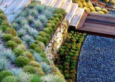 Aménagement d'un talus de plantes avec escalier en bois