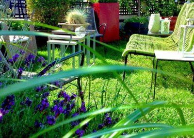 Aménagement d'une terrasse avec pelouse et salon de jardin sur les toits de Paris