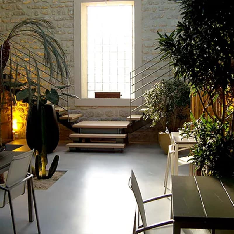 Balcon moderne aménagé avec canapé et mur végétal