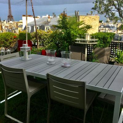 Table à manger sur toit-terrasse à Paris