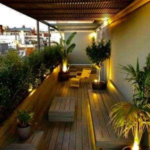 Balcon avec plancher et mobilier bois haie et plantes