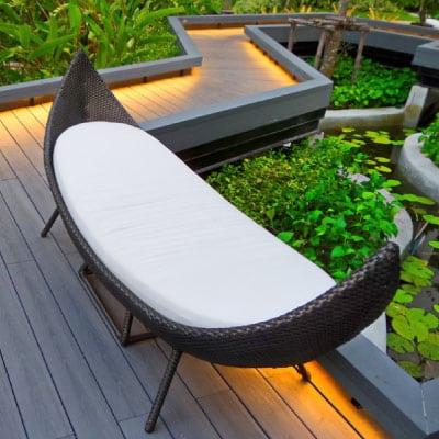 Banc sur terrasse en bois avec éclairage au niveau du sol