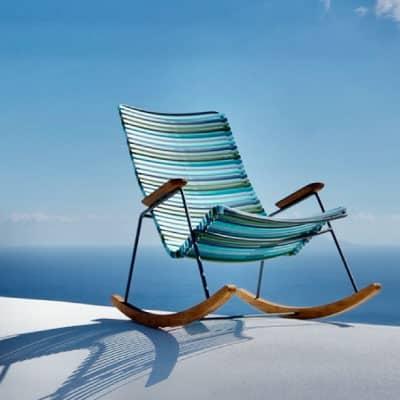 Chaise à bascule bleue vue sur mer et ciel bleu