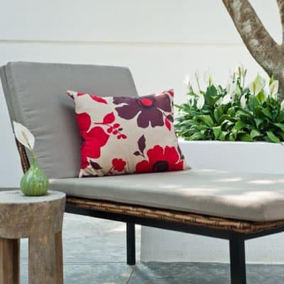 Chaise longue avec coussin et petite table basse en bois
