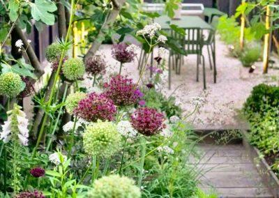 Conception d'un petit jardin avec fleur au premier plan