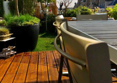 Conception d'une terrasse en bois vue sur les toits de Paris