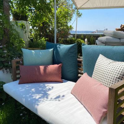 Ensemble de coussins outdoor Kettal posés sur canapé extérieur