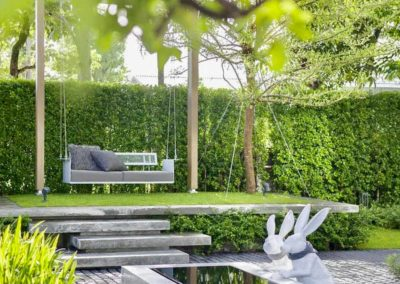 Création d'un plan d'eau et d'une balançoire au fond d'un jardin