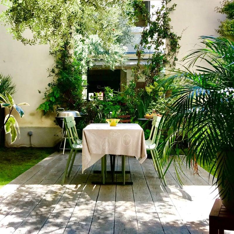 Création d'une terrasse en bois vue sur table et mur végétalisé