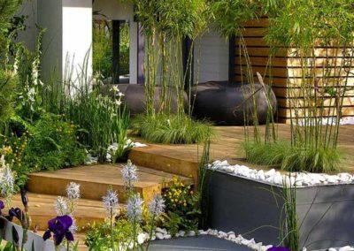 Entrée moderne de maison faite en bois avec quelques marches