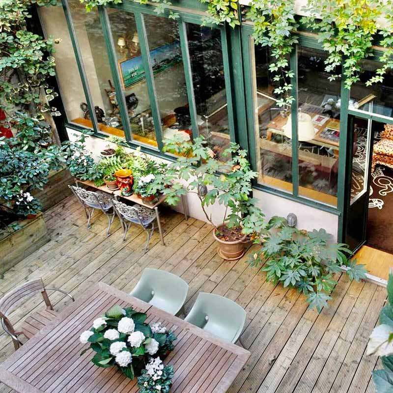 Vue d'ensemble d'une terrasse en bois cour intérieur