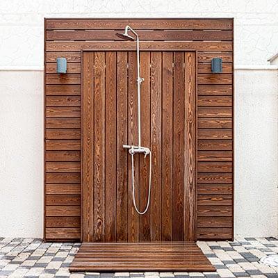 Douche extérieure avec cloison en bois