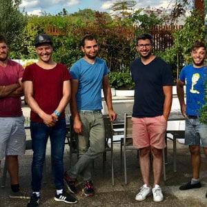 Équipe de jardiniers souriants