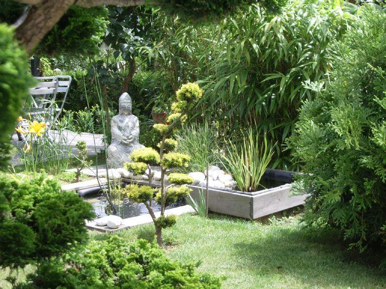 Petite cascade en pierre dans un jardin esprit japonais