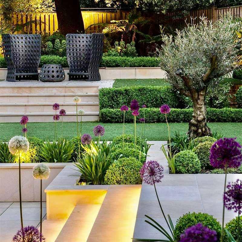Création d'un magnifique jardin privé à trois niveaux avec marches éclairées
