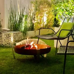 Mobilier de jardin sur terrasse pelouse avec brasero et chaises