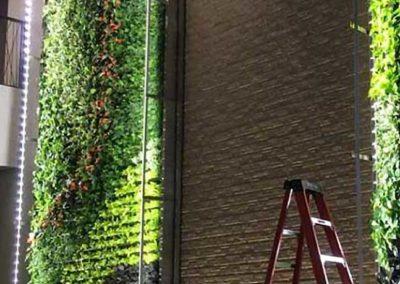 Grand mur végétal à l'intérieur d'un hall
