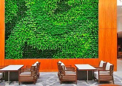 Grand mur végétal à l'intérieur d'un hall avec fauteuils devant