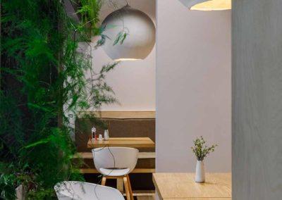 Mur végétal installé derrière une table de restaurant