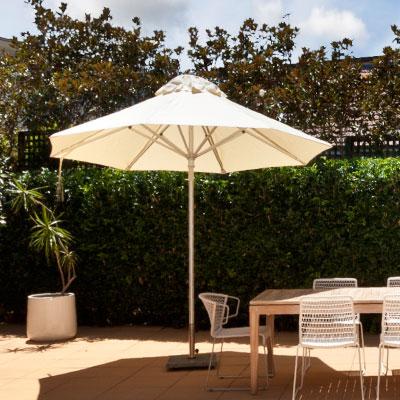 Parasol blanc ombrageant table et chaise de jardin