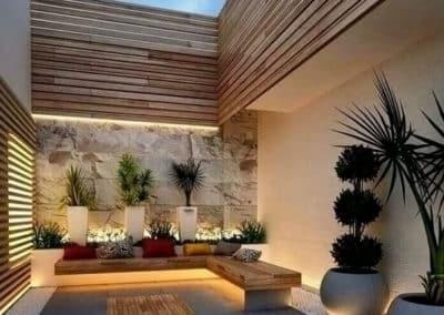 Réalisation d'une terrasse avec décor naturel et éclairage au mur et sol