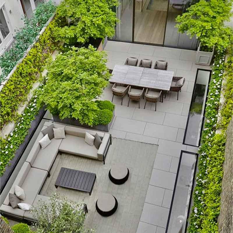 Vue de dessus d'une terrasse avec table et espace salon