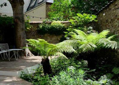 Réalisation d'un espace vert à côté d'une terrasse en bois