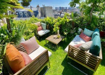 Salon de jardin en bois sur toit terrasse vue sur les toits de paris