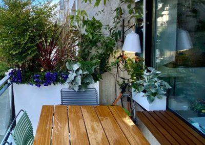 Table à manger sur balcon avec séparation végétalisée