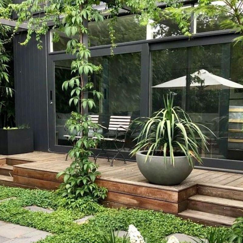 Terrasse en bois en estrade et jardin végétalisé