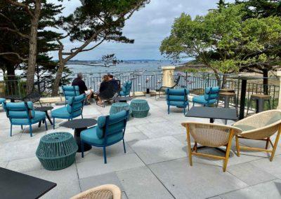 Terrasse d'un hôtel avec mobilier vue sur la mer