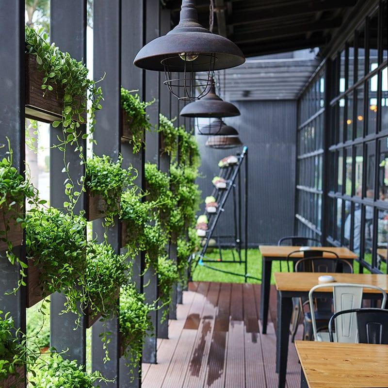Terrasse végétalisée sur le devant d'un restaurant