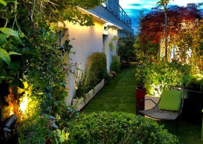 Toit terrasse éclairé et décoré de végétaux