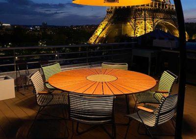 Table à manger éclairée de nuit tour Eiffel en arrière plan